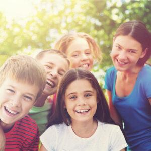 Lachende Kinder im Sonnenlicht