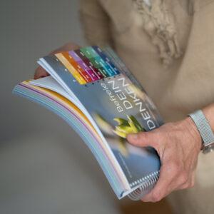 Dickes Ringbuch mit vielen Glaubenssaetzen zum austesten. Das Buch wird in Haenden gehalten.